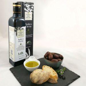 Olio Extra Vergine di Oliva, Antico Oricio mit frischen Brot und schwarzen Oliven