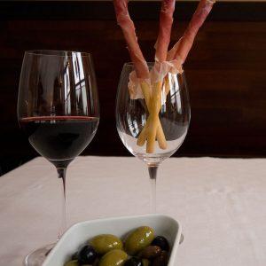 Rotwein mit Oliven und Schinken